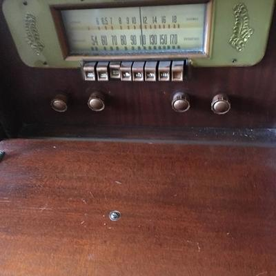 Lot 4 vintage radio and phonograph 35x17x39