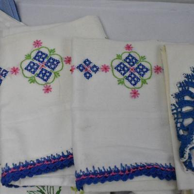 21 Piece Vintage Linens: Mostly Small Towels/Washcloths