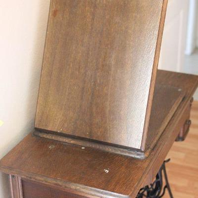 Lot 1 Antique Singer Sewing Machine in Cabinet