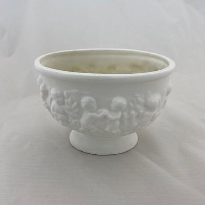 .15. 7 Pieces Small Creme Pottery