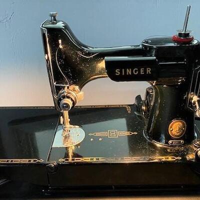 LOT#G3: Singer Featherweight 221 Sewing Machine