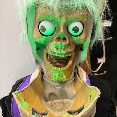 LOT#R5: Zombie Animatronic Halloween Décor
