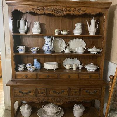 Thomasville Hutch / Buffet, Display Cabinet with Open Shelves and Carved Accent Design