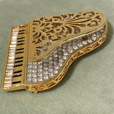 LOT 38. COSTUME JEWELRY SWAROVSKI CRYSTAL GRAND PIANO BROOCH