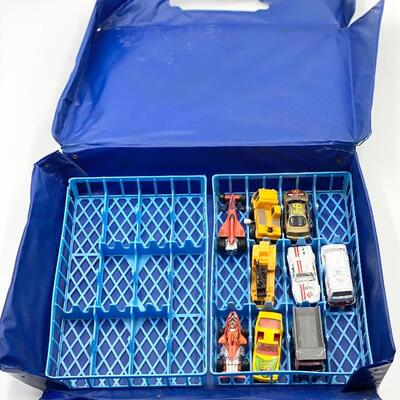 32 HOT WHEELS CARS WITH CARRYING CASE