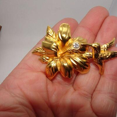 Vibrant Gold Tone Hummingbird & Flower Brooch