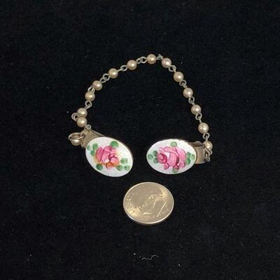 Lot 10 - Sweater Clip Chain with Floral Embellishment