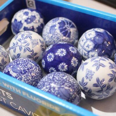 Lot 21 10 Ceramic Décor Balls