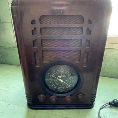 Antique Farm Zenith counter top battery powered radio
