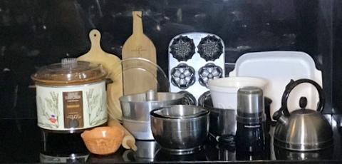 There is a coffee grinder, 2 wooden cheese boards, a Crockpot, and many more useful items for your kitchen here in this group.
