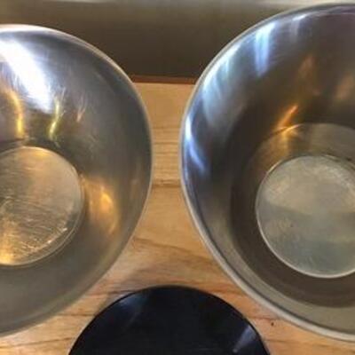 K127 - 2 Lg. Bowls & Black Granite Trivet