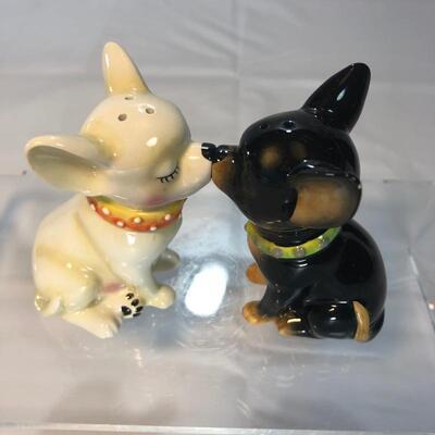 Kissing Chihuahuas Salt & Pepper Set