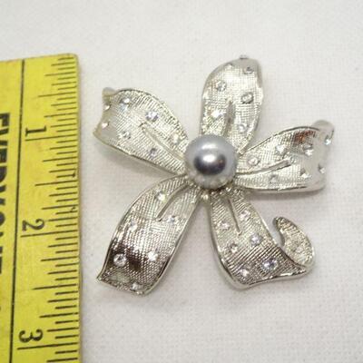 Silver Rhinestone Gray Center Pearl Star Pin