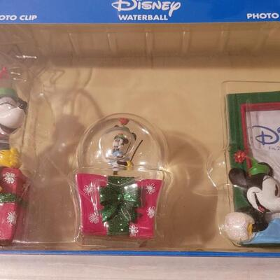 Lot 142: New DISNEY Collectibles Gift Set