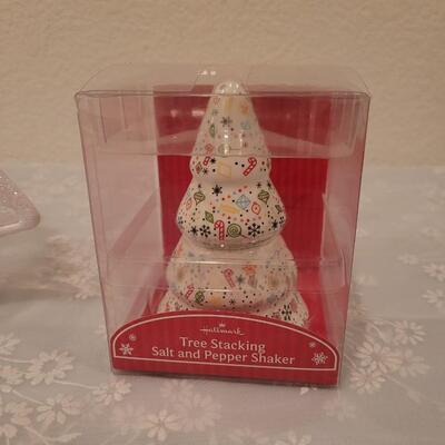 Lot 184: Light Up Christmas Tree Decor and Matching Salt & Pepper Shakers