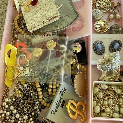Large mixed vintage jewelry lot