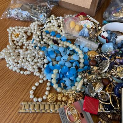 (Q) Large Lot of Jewelry (300-500 pieces)