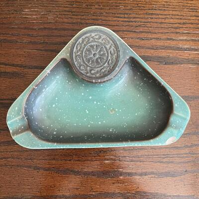 LOT 12 - No. 1940, The Hyde Park, Triangle Ashtray, Roseville Pottery