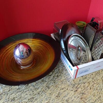 LOT 785.  HOME DECOR AND KITCHEN ITEMS