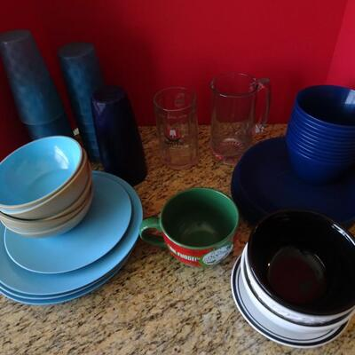 LOT 788. PLASTIC CUPS AND BOWLS