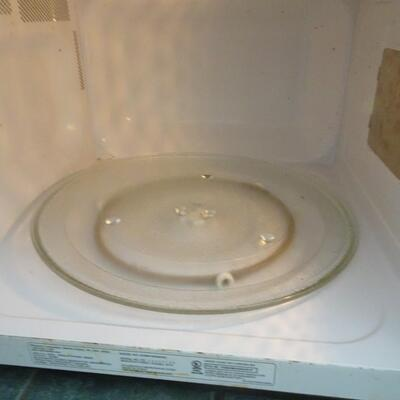 LOT 790.  WHIRLPOOL MICROWAVE OVEN