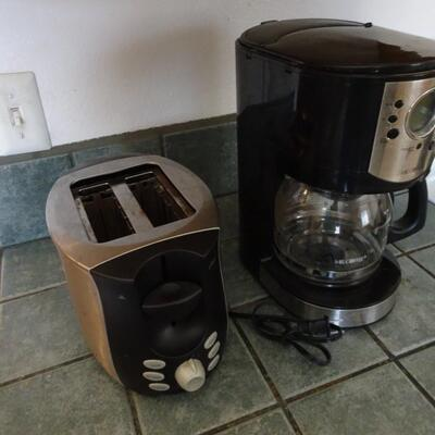 LOT 792. OSTER TOASTER AND MR COFFEE MACHINE