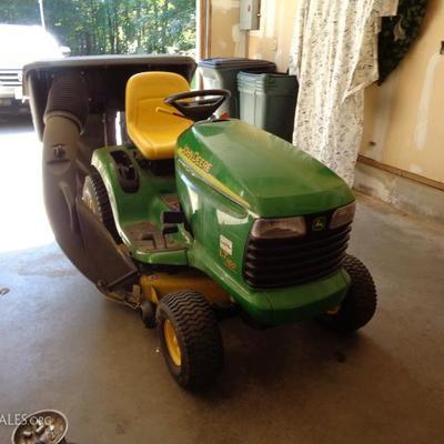 John Deere LT 160 Riding lawn mower