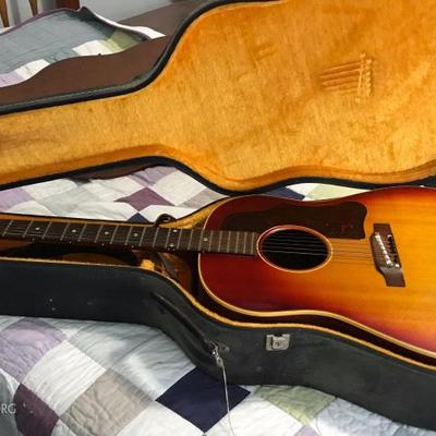 VINTAGE 1961 GIBSON GUITAR J-45 ADJ BRIDGE Heritage Sunburst. Original hard case and ACE leather shoulder strap.