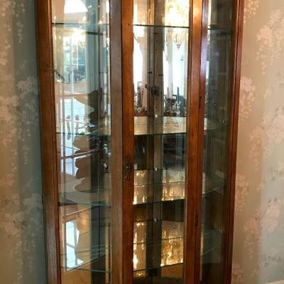 Pulaski display curio cabinet with bevelled glass door and 2 interior lights
