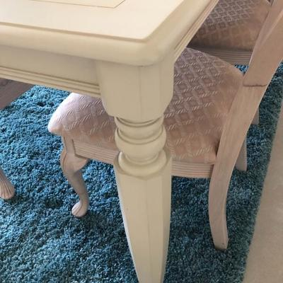 Buff Dining Table w/6 Chairs Detail
