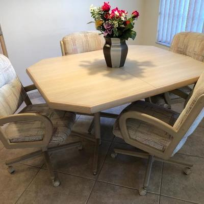 Light and airy dinette with 4 upholstered caster chairs