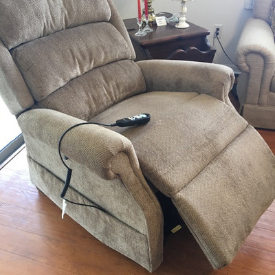 Ultra Comfort America Recliner with Lift $725