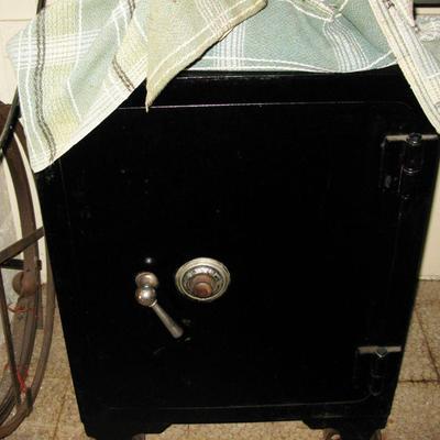 vintage HEAVY SAFE  BUY IT NOW   285.00