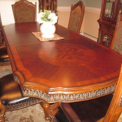 Tasteful Raymour & Flanigan Dining Rom Suite Complete with Lighted China Cabinet Raymour & Flanigan Marble Accent Buffet Credenza