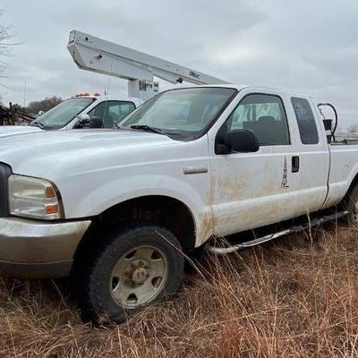 2005 Ford F250 4x4 White Truck.