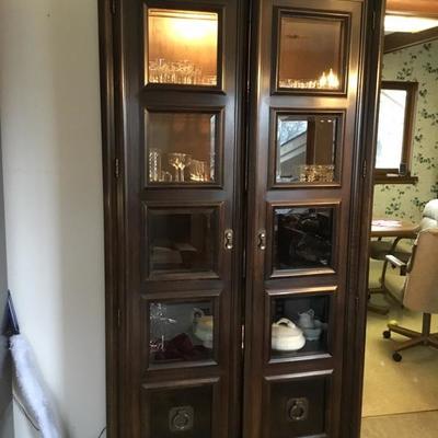 Vintage 2 door cabinet (2)