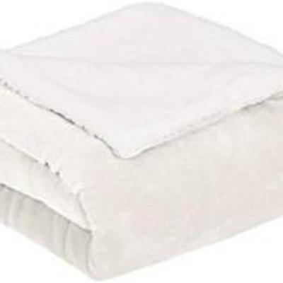 AmazonBasics Ultra-Soft Micromink Sherpa Comforter Bed Set - King, Cream