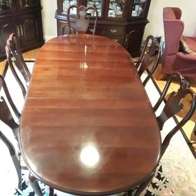 Stunning Thomasville Dining Room Suite Opens with 2 leaves and opens to 106 inches with 6 Chairs