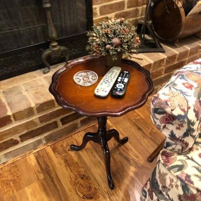 https://www.ebay.com/itm/124189462300BU1041 Small Pedestal Wood Table Local Pickup $35