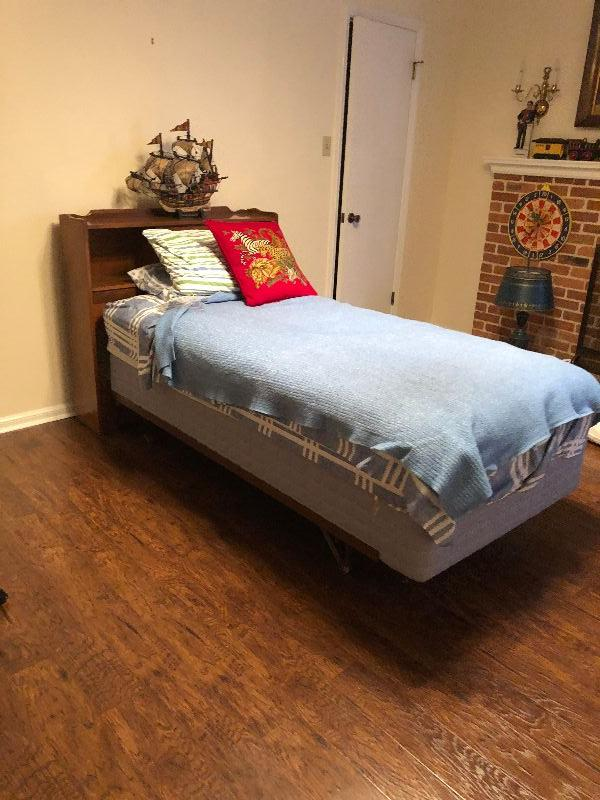 BU1011F: Twin Size Bed Frame Upstairs Local Pickup 3rd Party Shipping $100