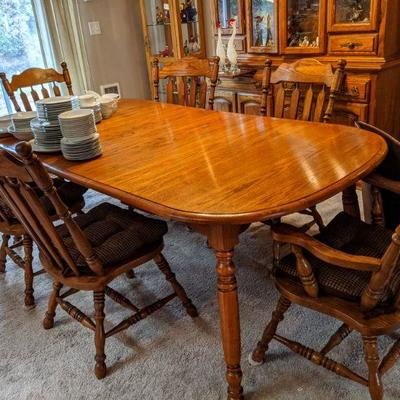 4-leg oak dining table, very nice quality and condition 6 chairs 2 extension leaves w/pads and tablecloths 42