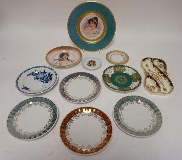 1006	TABLE LOT OF ASSORTED DECORATIVE DISHES