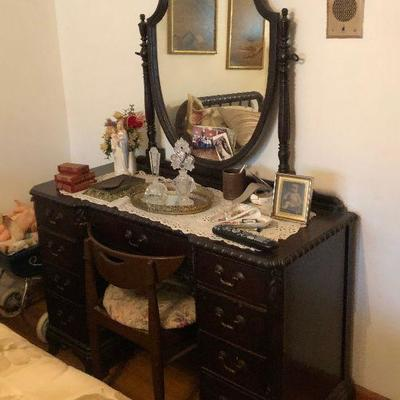 https://www.ebay.com/itm/114255185265MD2153: Victorian Makeup Vanity Local Pickup at Estate Sale Local Pickup at Estate Sale $295.00