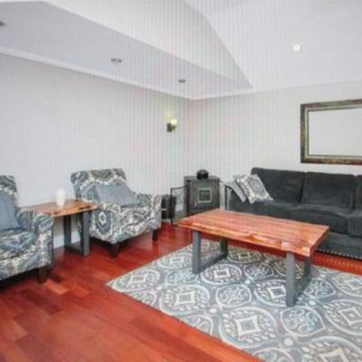 Beautiful Like New Living Room Suite Complete