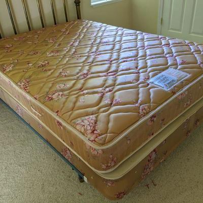KIB Simmons Maxipedic mattress and box spring Full size, older but in excellent condition $100.00/all photo 1 of 2