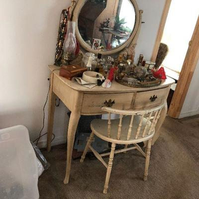 https://www.ebay.com/itm/114364115429	LX0013: Small Vanity with Mirror and Chair Local Pickup	Buy-It-Now	 $250.00
