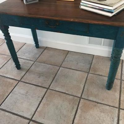 Vintage table with one draw