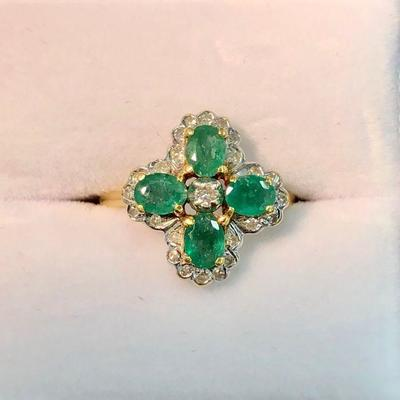 Emerald & Diamonds Ring in 18kt Gold Setting