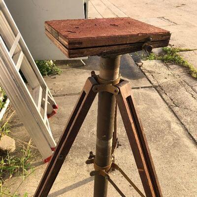 https://www.ebay.com/itm/114447510623LAR4005 VINTAGE Crown Graflex Compact Stand Wooden Tripod Pickup OnlyAuction