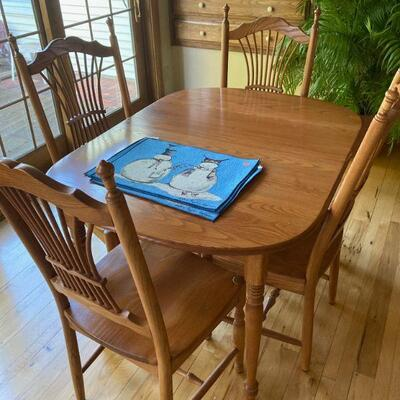 Table set with 4 chairs. Like new